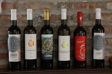 Нови визуелни идентитет вина и винарије Амбелос